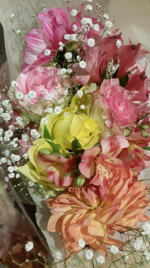 일본 미스터 쇼 공연장서 장근석님한테서 받은 꽃!! Thank you so much for all your help~~~~~~! XOXO http://t.co/F2K06C9QY7