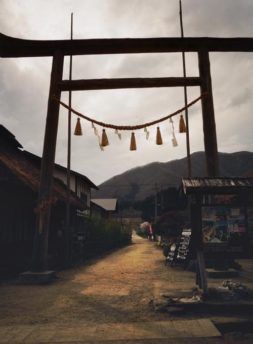 福島の大内宿みたいだった。天皇の料理番のはじまりの鳥居のとこが('ㅂ' ) http://t.co/MUKPiRMuaU