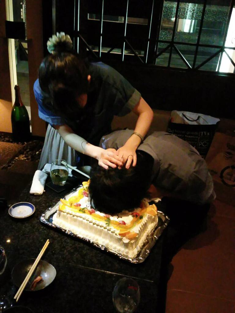 新郎新婦の初の共同作業❤️ ケーキ入頭❤️ http://t.co/UHHMwk65o6