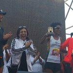 Fernando Colombo, Country Manager de adidas Uruguay entregan premios a las ganadoras de #MaratonMontevideo @adidasUY http://t.co/NoW8i5vN0r