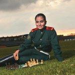 A sus 18 años, Paula Rodríguez, subteniente del Ejército, es la mejor ajedrecista del país. http://t.co/rEn01EReOr http://t.co/tCiYWHYjd9