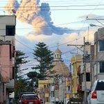 Sábado, 25 de abril de 2015: La Basílica de #Riobamba - #Ecuador y al fondo el volcán Tungurahua en erupción. http://t.co/Pxi6241BM5