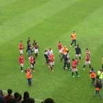 Els jugadors fan la volta al Nou Estadi per agrair el suport de tots els socis i aficionats grana.Gràcies! #pertuiper http://t.co/R9PBjUjchV