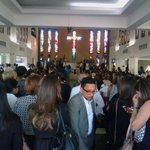 Iglesia Santísima Trinidad abarrotada de personas en última misa cuerpo presente del sacerdote Equievel @SIN24Horas http://t.co/VyjgmUfIZE