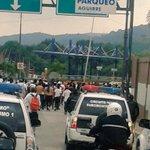 Parte de la hinchada de @LDU_Oficial se dirige al estadio Monumental con resguardo. #DesdeLasCanchasEc http://t.co/WgFZEJeMT8