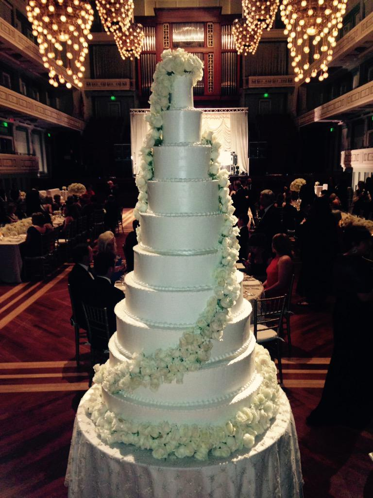 I saw this amazing cake at a Nashville wedding this weekend http://t.co/xovMzptAiX