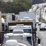 Caminhoneiros bloqueiam estradas em RS e MT no quarto dia de protesto. http://t.co/5JvKgYLk6g http://t.co/go3G9kEavi