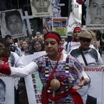 """Padres marchan hacia la ONU en NY; """"son nuestros hijos mañana podrían ser los suyos"""" http://t.co/9pkquTC1Ts http://t.co/FaRLMOoaog"""