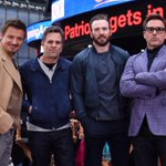 Robert Downey Jr, Chris Evans, Mark Ruffalo, Jeremy Renner take over New York's Times Square #AvengersAgeOfUltron http://t.co/r4ctn32BoR