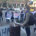 "Под офисом ДТЭК: ""Выдача зарплат тут"". Активисты зовут шахтеров сюда #шахтеры #ахметов #киев http://t.co/0w9R93DZbZ"