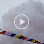 This video of the moment the avalanche hit Everest basecamp is absolutely terrifying. http://t.co/yWO6J6H2jG http://t.co/OqePlrtRPR