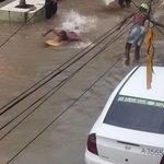 Com rua alagada, morador circula usando prancha em Salvador http://t.co/mieYRuC5SM #G1 http://t.co/CNeMB6H59O