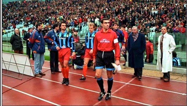 20 years ago Inter & Roma entered the pitch wearing each others' shirts to remind the fans that football unites us http://t.co/P64ZSjJlLP