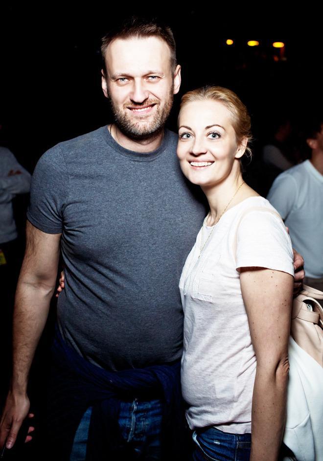 5-летие @tvrain На фото — @navalny с женой Юлией: http://t.co/kyXoTm2lSp http://t.co/Hm925dJ5Ng