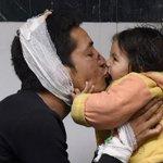 ►Limage du jour: Suresh, survivant du séisme, et sa petite fille Sandhaya, à lhôpital de Kathmandu, au #Népal (AFP) http://t.co/1qyEcwCFGt