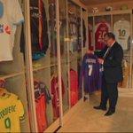 Jean-Pierre Caillot, grand collectionneur de maillots #Jplus1 http://t.co/vh9rlauwLt