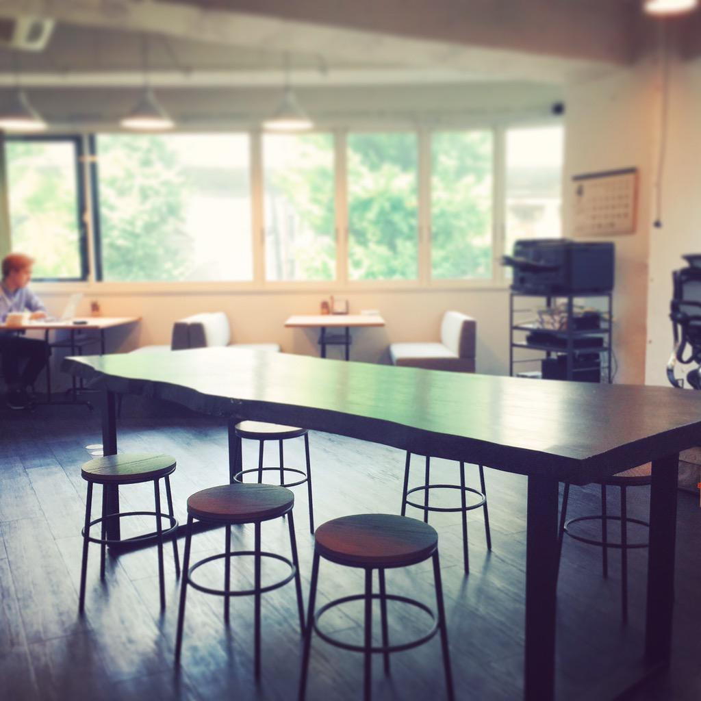 オフィスはこんな感じで、代々木or北参道から徒歩5分のところにあります〜!いまメンバー6人でやってるよ!デザイナー募集! http://t.co/ntArcnz9Yq
