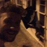 Jovem faz selfie após homem tentar invadir restaurante e ficar entalado em vidro no RS http://t.co/hEpj0GyNGq #G1 http://t.co/Gng0bLXldF