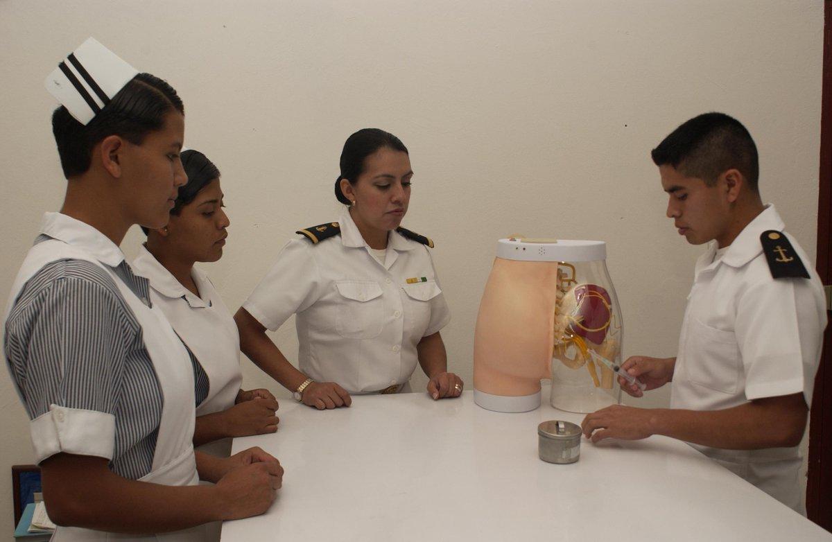alumnos de la licenciatura en enfermería naval en sus primeras ...