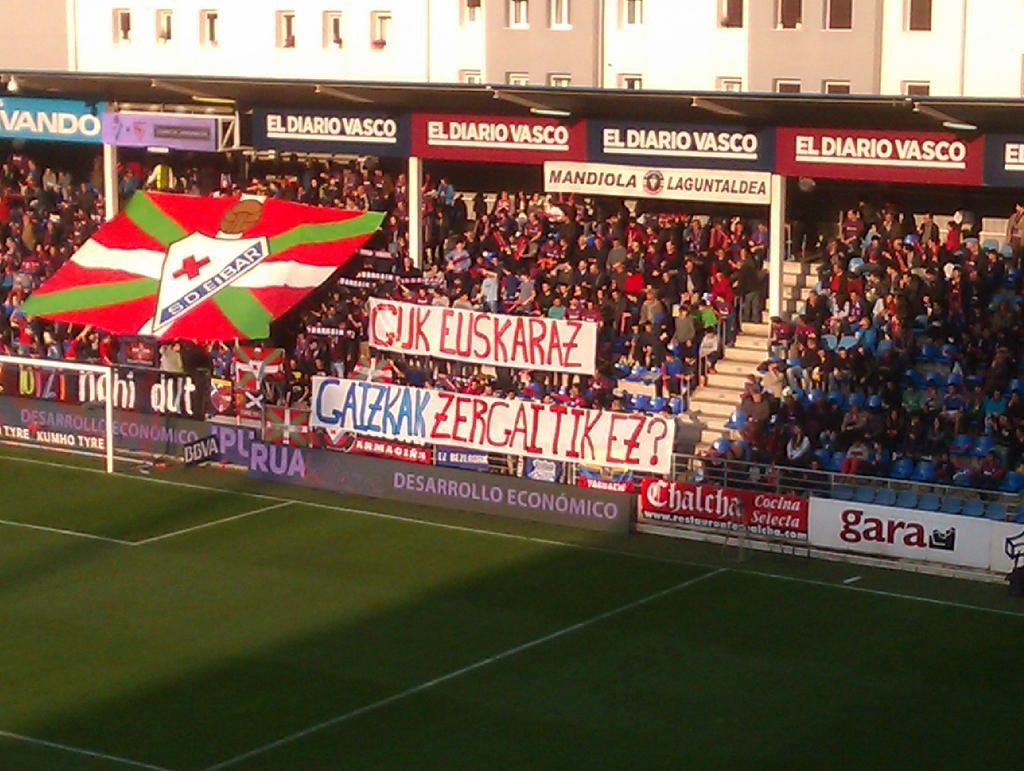Hasi da Eibarren eta Sevillaren arteko partida ipuruan. Irudia: @Imagreto http://t.co/tXbjs6L7Pc