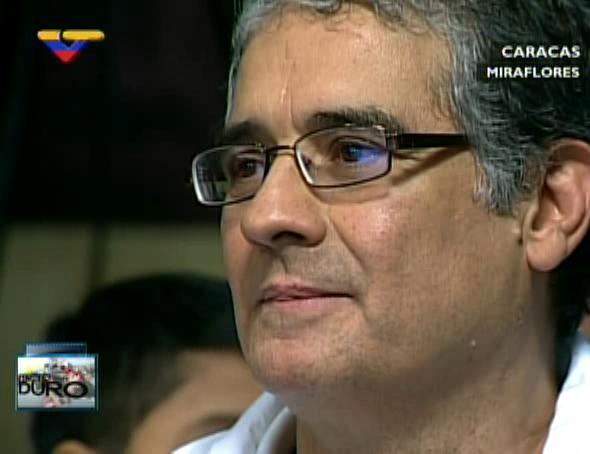 """VTVCANAL8 (@VTVcanal8): .@NicolasMaduro saluda a los integrantes del Movimiento Nacional de Teatro """"César Rengifo"""" #ContactoConMaduroNro29 http://t.co/TFgyJYG3YG"""