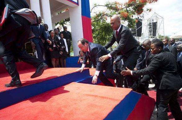 Francois  Hollande @fhollande trébuche sur la dette haïtienne! Loooooooool! http://t.co/YDp1LBVQj0