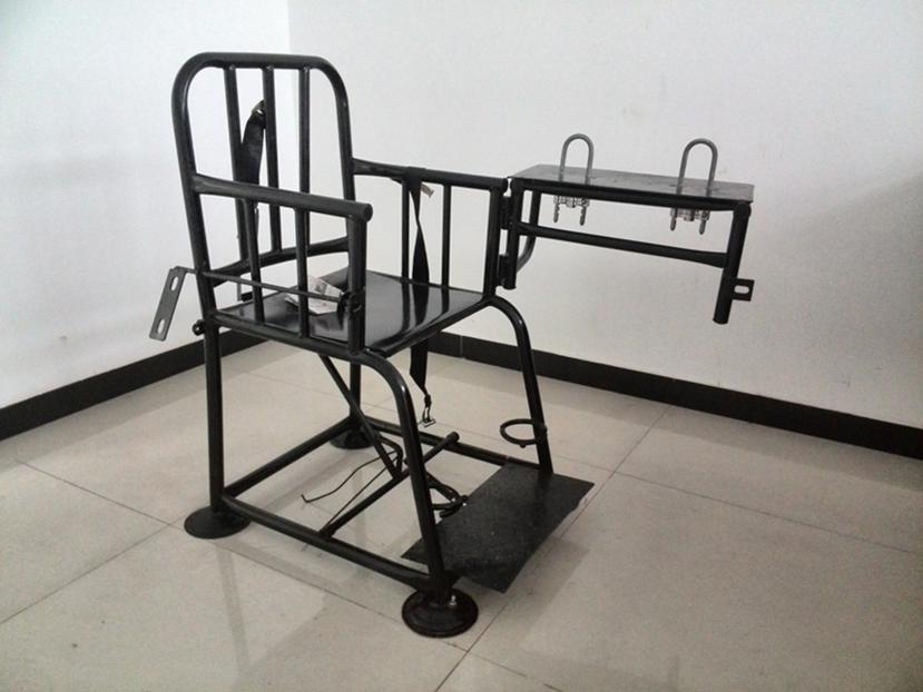 人权观察最新报告发现,中国警察对刑事嫌疑人施加 #酷刑 和虐待的问题仍旧严重,新措施远远不足以打击嫌疑人受虐问题。报告《老虎凳与牢头狱霸:中国公安对犯罪嫌疑人的酷刑》:http://t.co/KJD5c4nP63 http://t.co/OCU6nrr5LA