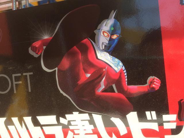 これ靴の広告なんだけど、つやつやでギンギンで二度見しちゃうよね。 http://t.co/A19dyQdrZ1