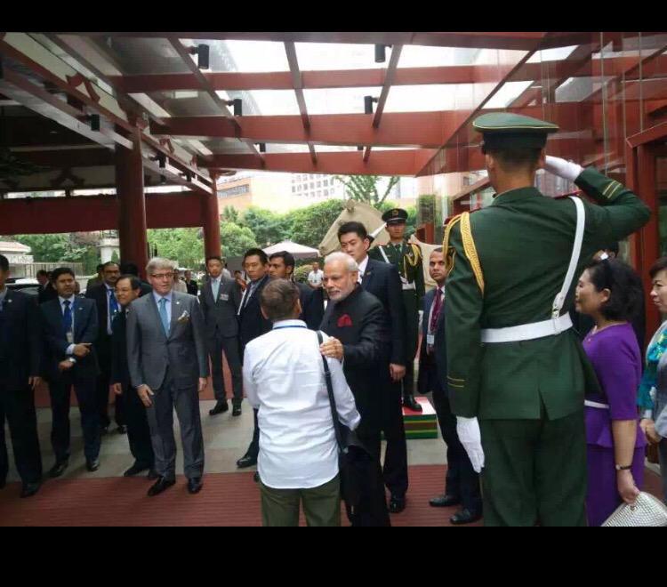 Nice touch. On the way to Xi talks, @narendramodi stops to say hello to old friend from Gujarat days @SaibalDasgupta http://t.co/vfDWYvHeea