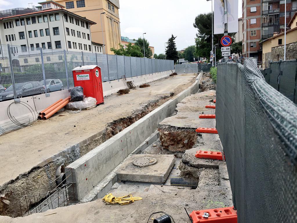 """RT @ferraro_filippo: #Tramvia #Linea2 Cantiere A3: davanti alla chiesa San Donato finito il muretto. Auto passeranno dove c'è il tombino. h…<a target=""""_blank"""" href=""""http://t.co/3BQzIVRl9P""""><br><b>Vai a Twitter<b></a>"""