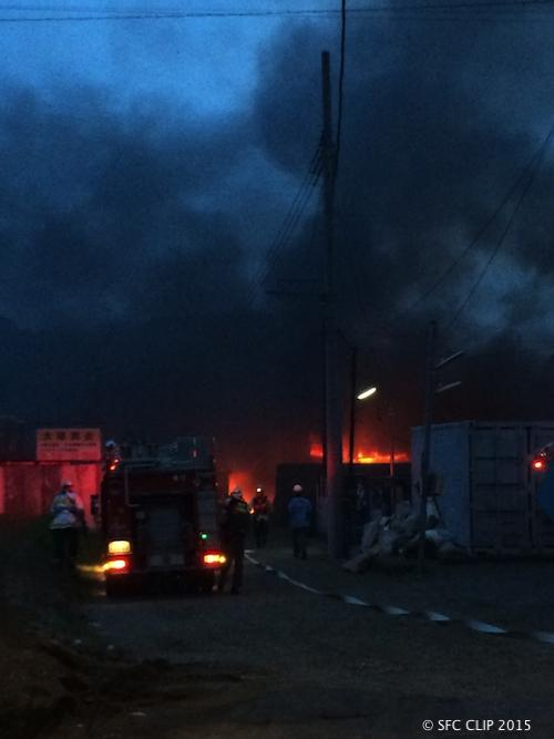 【速報】きょう18時ごろ、SFCの近くの資材置き場で火災がありました。SFC最寄りのコンビニ、スリーエフ遠藤店からさらに離れた場所です。関係者によると、原因は不明。SFCに黒煙が流れてきていますが、直接の被害はいまのところありません。 http://t.co/tak2p3Impb