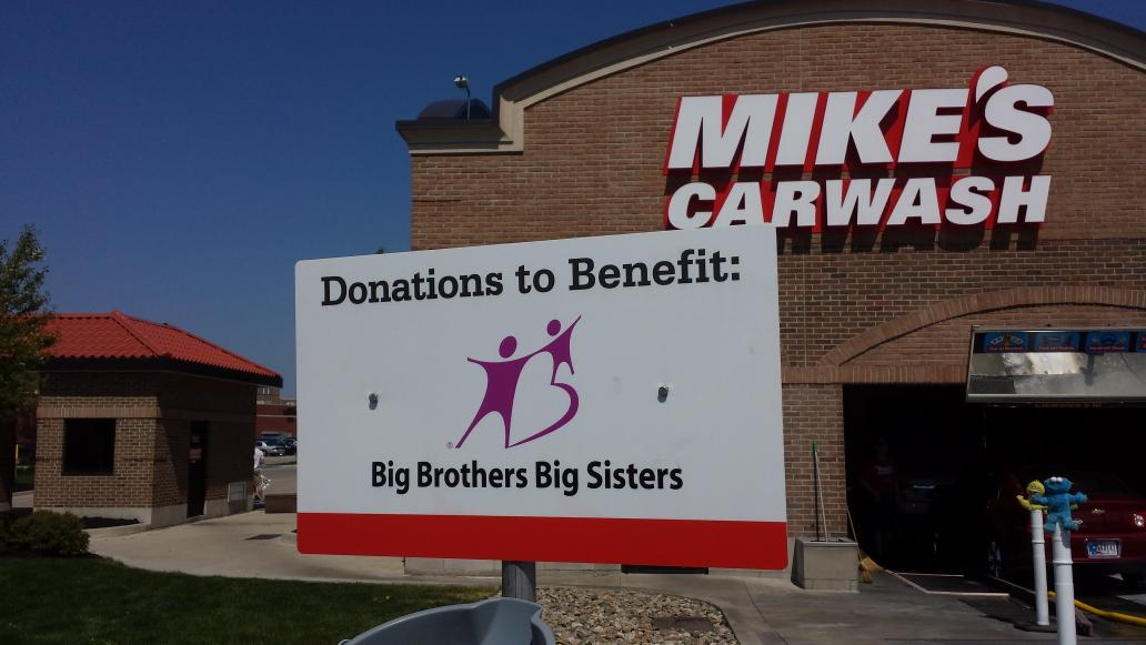 @U93 @NikkiReidU93 pitching to help great kids at #Mikescarwash. Good job Bayless and Mike (sales guy) http://t.co/aFu3APz5Wg