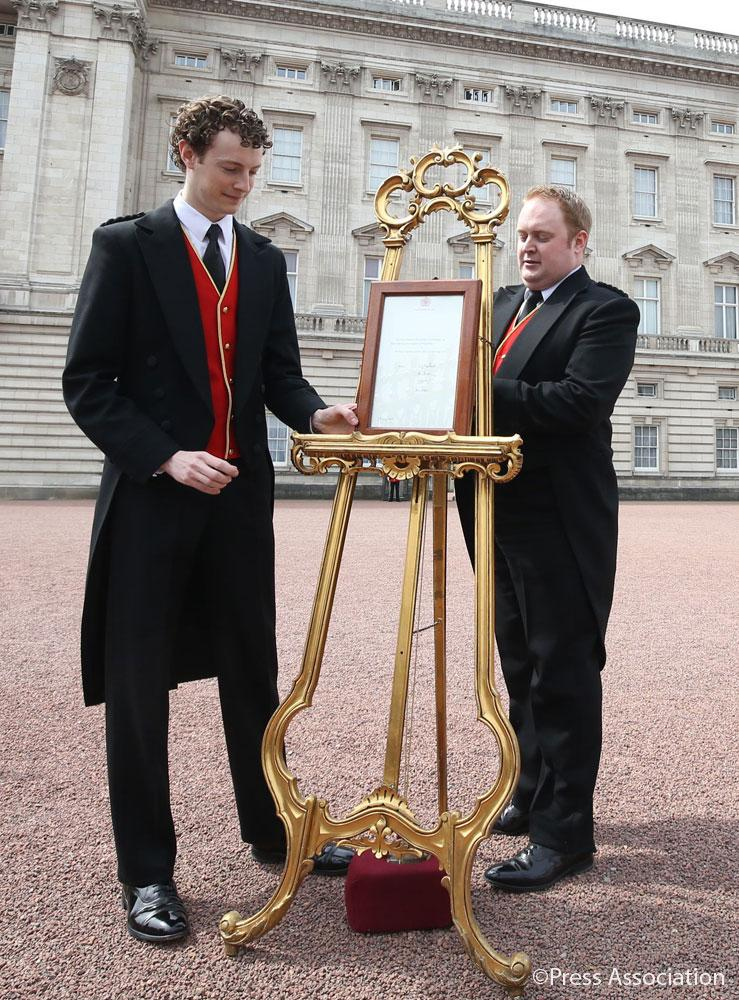 The easel at Buckingham Palace giving details of the birth of The Duke and Duchess of Cambridge's daughter today http://t.co/0yp1lNi462