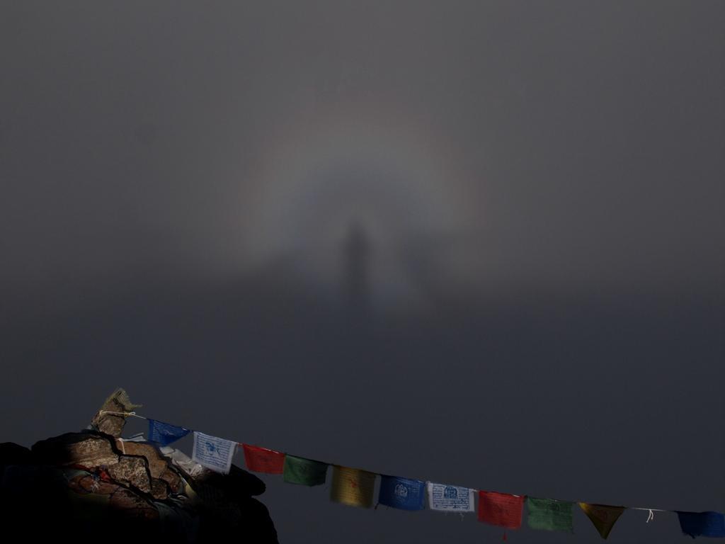 震災4日前にゴーキョピークの山頂で不思議な写真を撮影していました。山頂から下山しようとしたその時に突然現れ。ハッとさせられしばらく身動きとれず。そして消え、下山しようと思ったら再び現れ。その繰り返し。ジッと見つめてくるような。 http://t.co/eLnyC828BZ