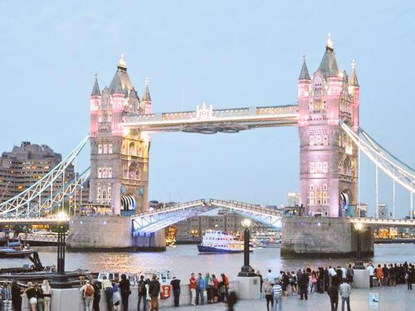 Tower Bridge of London glows PINK-to mark arrival of the princess! #RoyalBaby @ABC http://t.co/oyjB5xeSZP