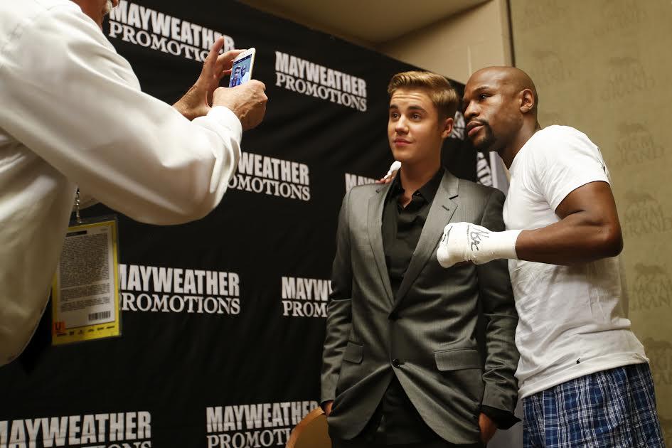 #Mayweather & #Bieber in the locker room. #MayPac http://t.co/Izv84JrC21