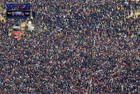 Whaaaaa RT @biginuit: Mean while in the #phillipines #PacquiaoMayweather http://t.co/Y3HLvhNqyJ