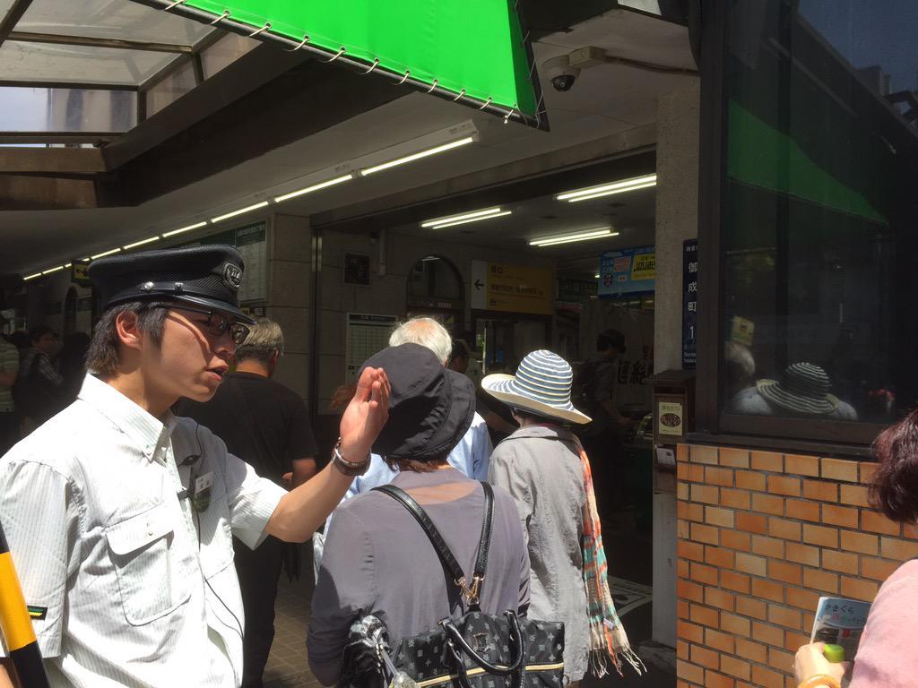 5月3日12時現在、江ノ電鎌倉駅では乗車まで約1時間待ちの混雑となっています。ご乗車には現場誘導員の指示に従い、譲り合い、マナーを守って、鎌倉観光をお楽しみください。 #kamakura http://t.co/A1IlHMgrdU