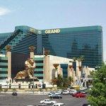 """Floyd y """"Pacman"""" pelearán hoy en el MGM Grand de Las Vegas, con auditorio para 16.800 espectadores. #LaPeleaDelSiglo http://t.co/2vOxYs4Y10"""