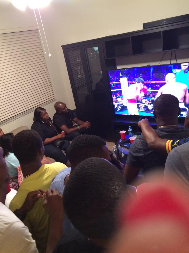 This how we do it nigerians #MayweatherPacquiao http://t.co/GcTjlp2xoU