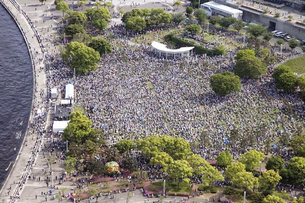 横浜・臨港パークを埋めつくした怒りの3万人~5・3憲法集会 http://t.co/Zjal2x7Vcg http://t.co/poxIQYLkK9