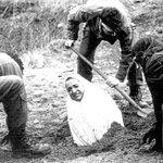 Иранд нөхрөө хуурсан эмэгтэйг чулуугаар цохиж алахын өмнө биеийг нь булж буй нь гэнэ..Аймшигтай. http://t.co/9XubkOYqge