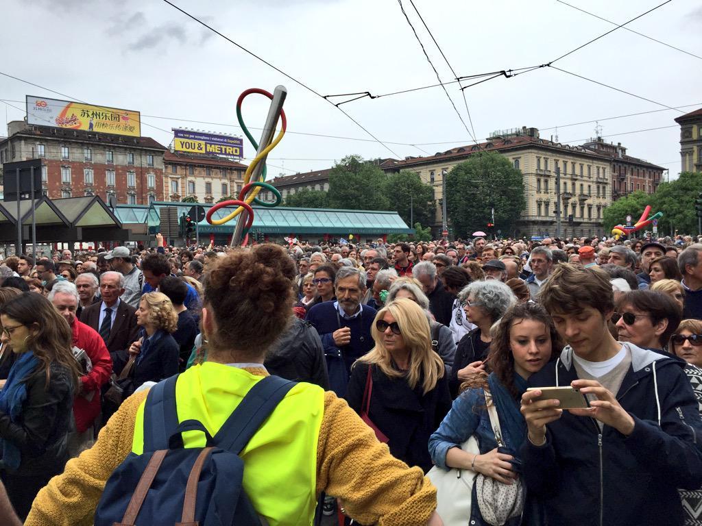 Più di 10.000 persone in corteo per pulire le violenze dei black block e mostrare il vero volto orgoglioso di #Milano http://t.co/PEKa6L69nG