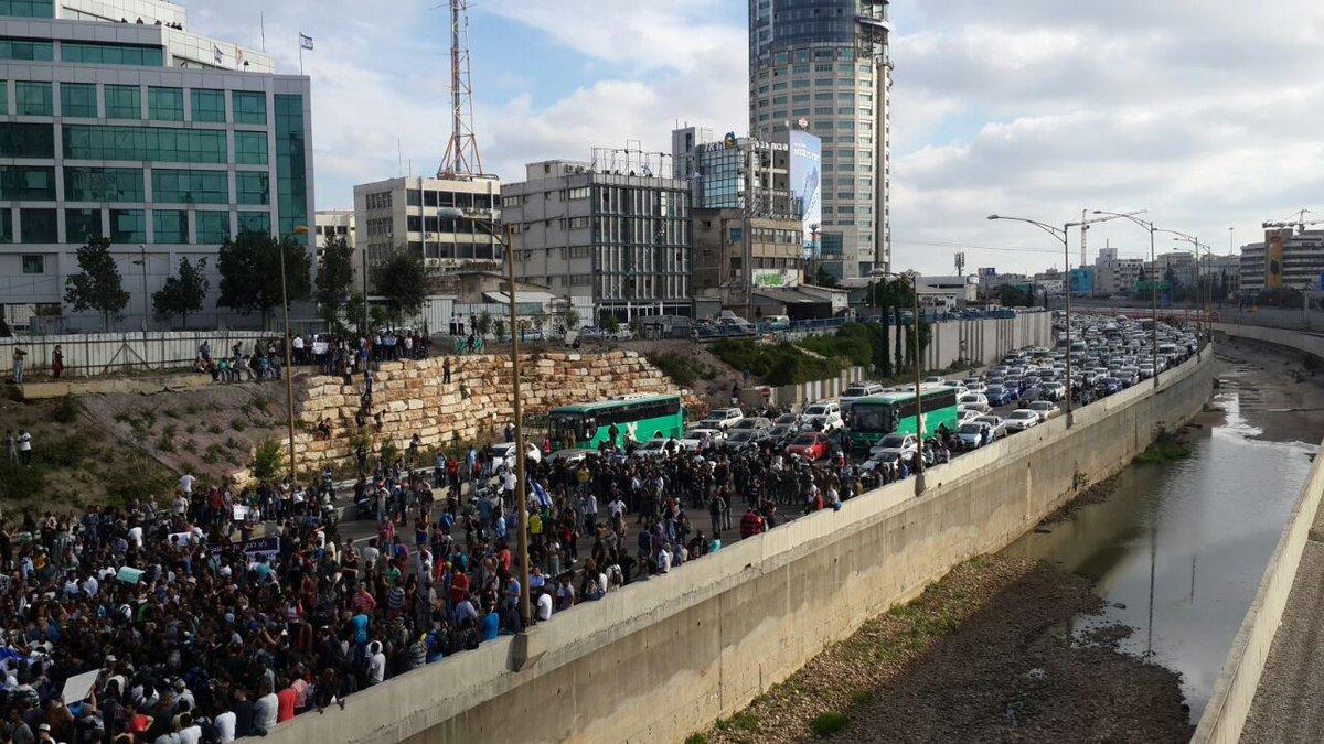 #Now: Ethiopian anti-police violence, #BlackLivesMatter protest blocks Tel Aviv's main highway | @activestills http://t.co/q2nrmRICf5