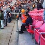 2 adultos mayores que casi ni se podían mover, no dejaron de agitar sus globos naranjas para despedir a Cobreloa http://t.co/7v4X2pnqmU