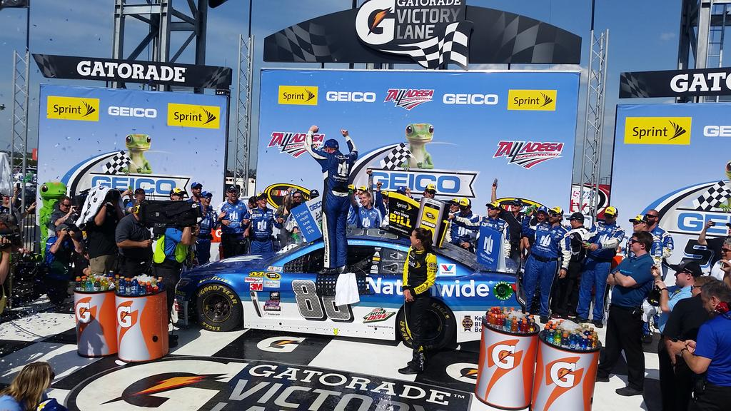 REUNITED AND IT FEELS SO GOOD!  @DaleJr is back in @Gatorade Victory Lane at Talladega!  #GEICO500 #NASCAR http://t.co/7OeHX1kWWr