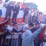 Despedido por una multitud de hinchas, el plantel partió hacia La Boca #VamosRiver #Monumental http://t.co/XYrg3xqngv