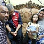 DS @Zahid_Hamidi mziarahi keluarga mangsa kemalangan akibat kemalangan disbbkn kereta #MyviFamilia berlumba. http://t.co/iXwvMVzQ75