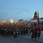 Монгол цэргүүд улаан талбайд шөнийн бэлтгэл хийж байна http://t.co/sSV6ABQtDH via @ikonnews http://t.co/Im312KK9PD