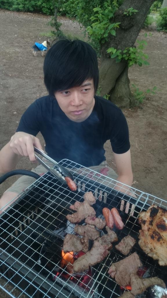 藤本さんが意味ありげに3本のソーセージを1本すみに避けて焼いてます。 http://t.co/x6kXqrpOHZ